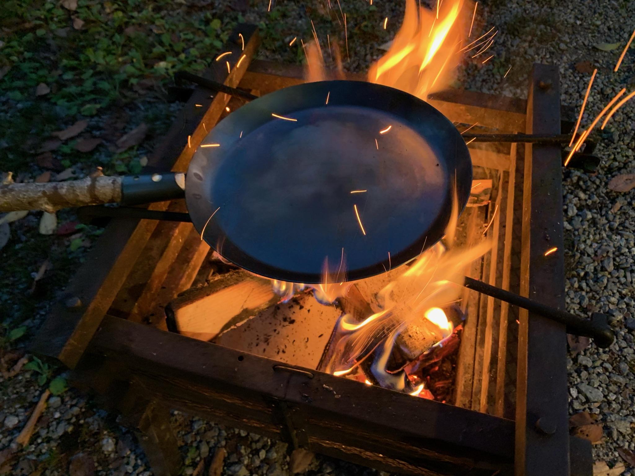 焚き火のために生まれたギア。Bush Craft Inc.「たき火フライパン」